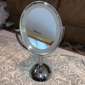 REVLON LIGHTED PERSONAL MIRROR